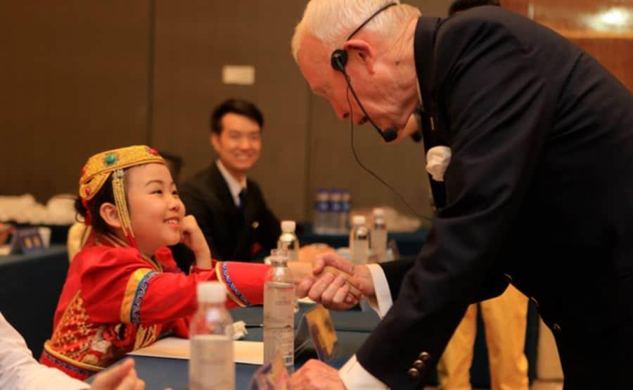 Tony BUZAN félicite la jeune chinoise de 14 ans après sa victoire au Championnat du Monde 2018 de la Mémoire
